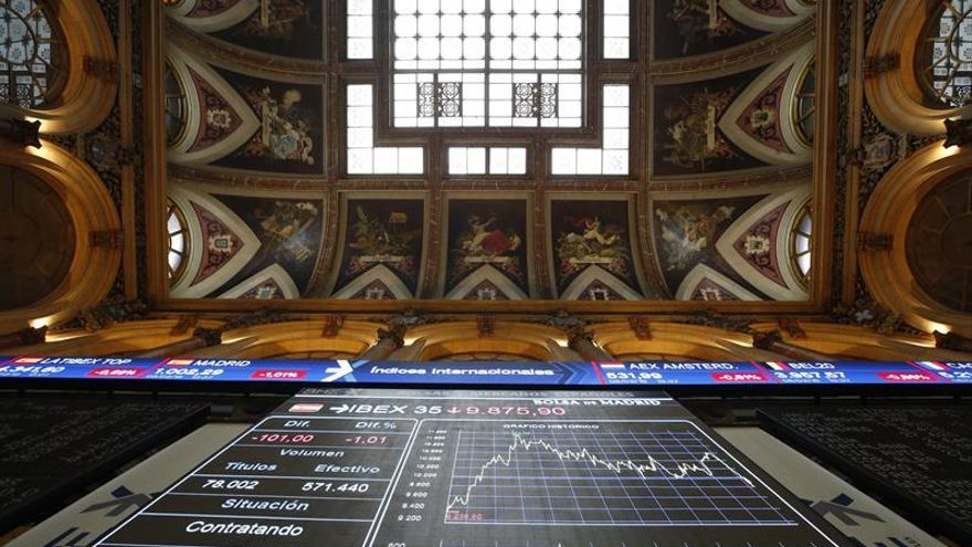 El IBEX 35 avanza un 0,98 % tras la apertura, con el euro cerca de máximos