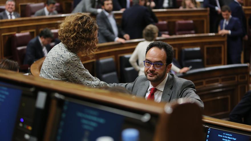 El portavoz del PSOE en el Congreso, Antonio Hernando, con Meritxell Batet en la primera jornada del debate de investidura