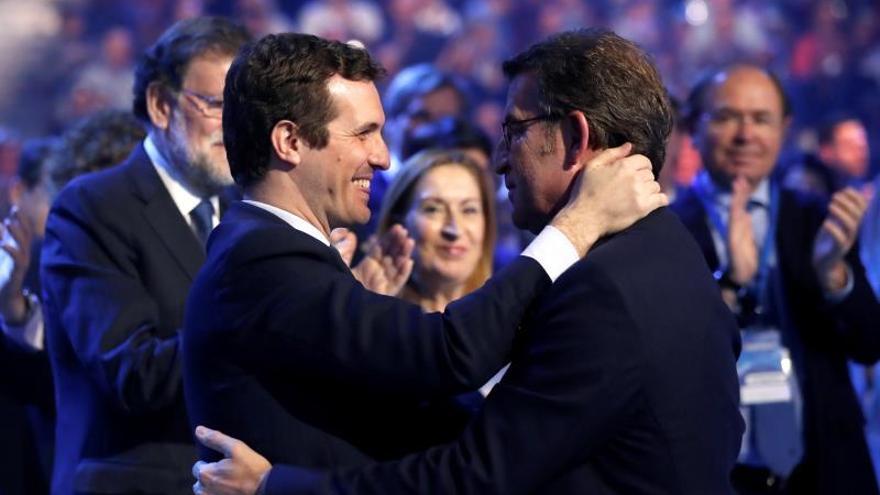 El presidente del PP, Pablo Casado, y el presidente de la Xunta de Galicia, Alberto Núñez Feijóo, se abrazan en la Convención Nacional del PP.