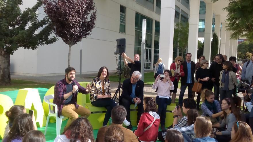 Los tres representantes del equipo de gobierno municipal se someten a las preguntas de los estudiantes