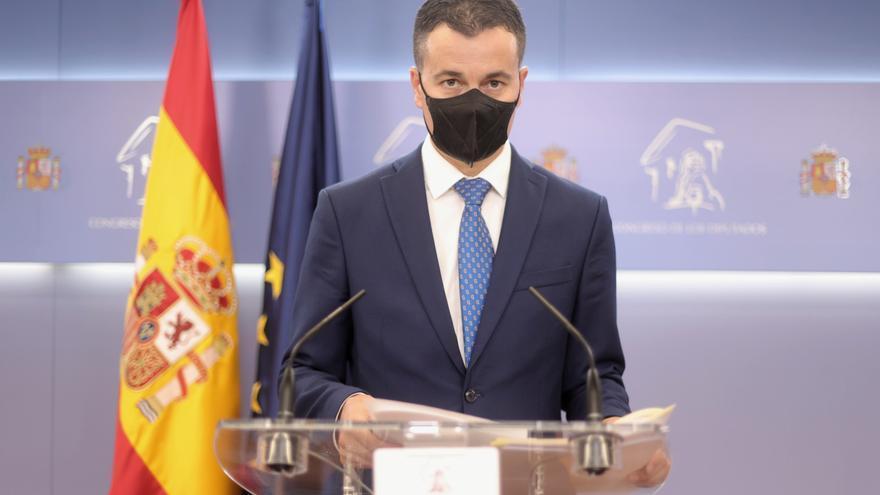 El diputado por Tenerife, Héctor Gómez Hernández, interviene en una rueda de prensa posterior a una Junta de Portavoces en el Congreso de los Diputados, a 14 de septiembre, en Madrid (España).