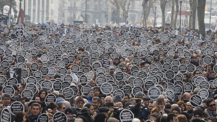 ENERO. El 19 de enero de 2007 el periodista turco-armenio, Hrant Dink, fue tiroteado cuando salía de la redacción del diario Agos, que dirigía. Criticar versiones oficiales sobre la matanza de armenios de 1915 o sobre la identidad armenia le costó la vida, pero desde su muerte, cientos de simpatizantes se manifiestan cada año frente a la oficina del periódico para impedir que vuelva a suceder. #libertadexpresion // © REUTERS/Osman Orsal