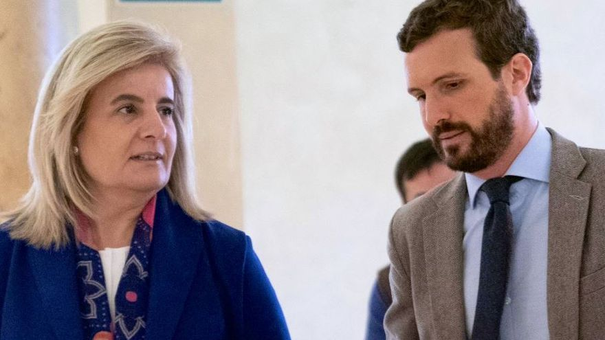 La exministra de Empleo Fátima Báñez junto al líder del PP, Pablo Casado.
