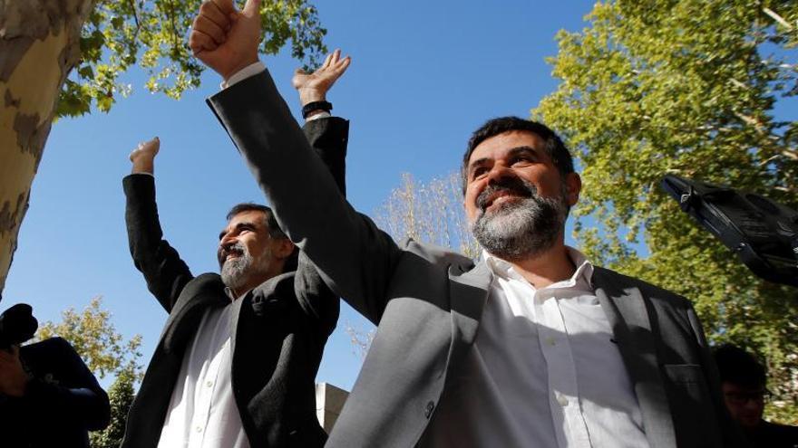 Jordi Sànchez y Jordi Cuixart, antes de entrar en prisión en 2017