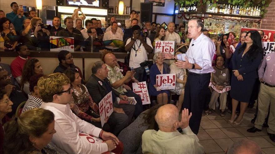 Jeb Bush dice en un acto de campaña en Miami que no abandonará la carrera