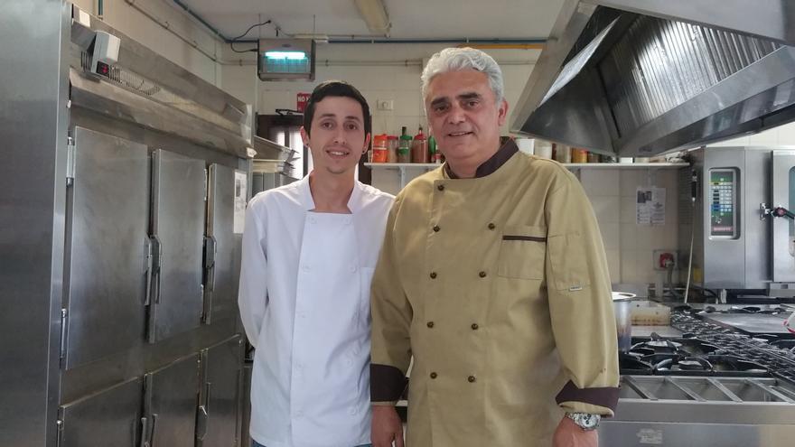 Ricardo Castañeda junto a su profesor Enrique García Leal. Foto: LUZ RODRÍGUEZ