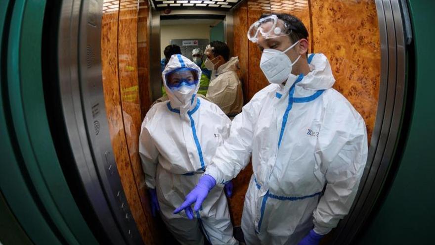 Médicos ven posible que el coronavirus se desactive de manera natural