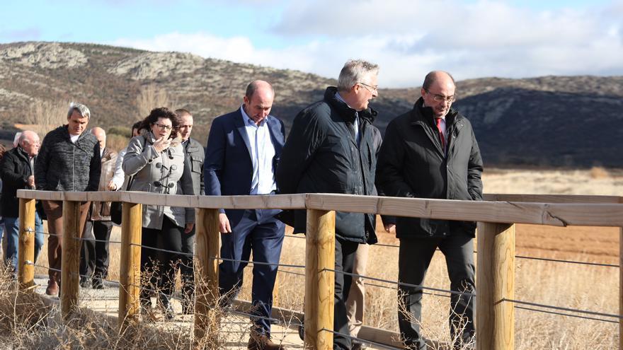 El presidente de Aragón, Javier Lambán, y el consejero de Desarrollo Rural, Joaquín Olona, en su visita a la Laguna de Gallocanta