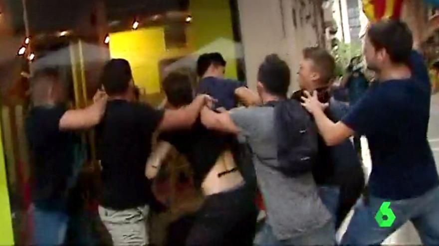Un grupo de seis ultras acorrala y golpea a Vicente D. durante los disturbios del 9 d'Octubre en Valencia