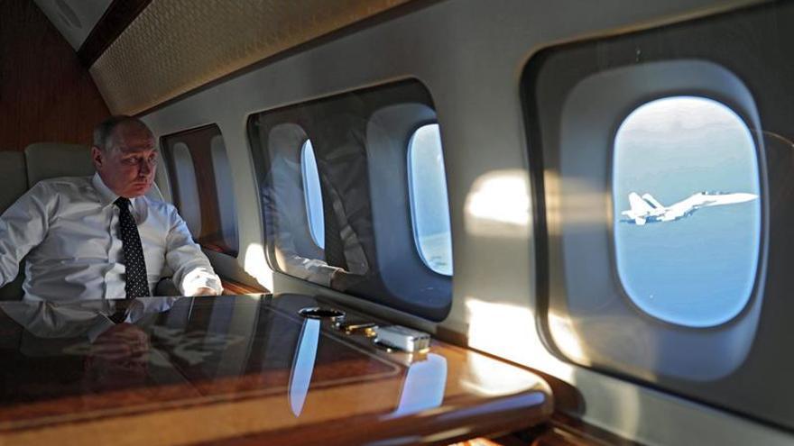 Putin, a bordo del avión presidencial en el que viajó en diciembre a Siria para anunciar el inicio de la retirada rusa.