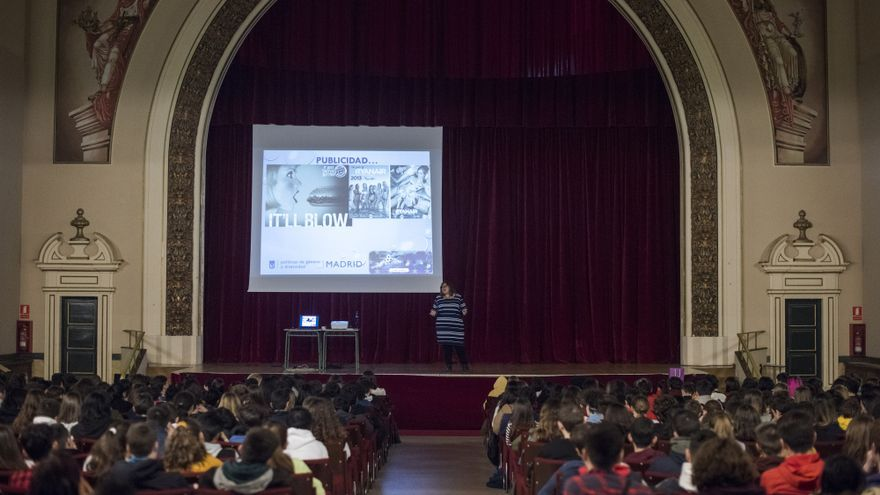 El auditorio del CEIP Ramiro de Maeztu escucha a Marina Marroquí.