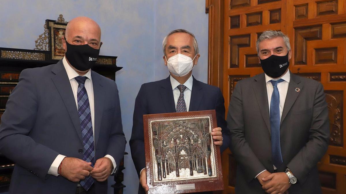 El presidente de la Diputación de Córdoba, Antonio Ruiz (izda.), en su encuentro con el embajador de Japón en España, Kenji Hiramatsu (centro).