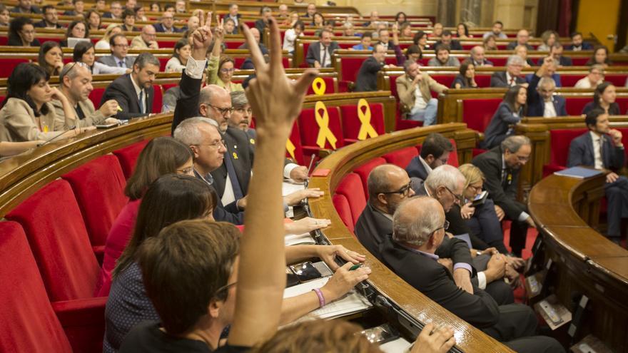 La portavoz de los comuns marca con su mano la abstención en una de las votaciones que el Govern ha votado a favor