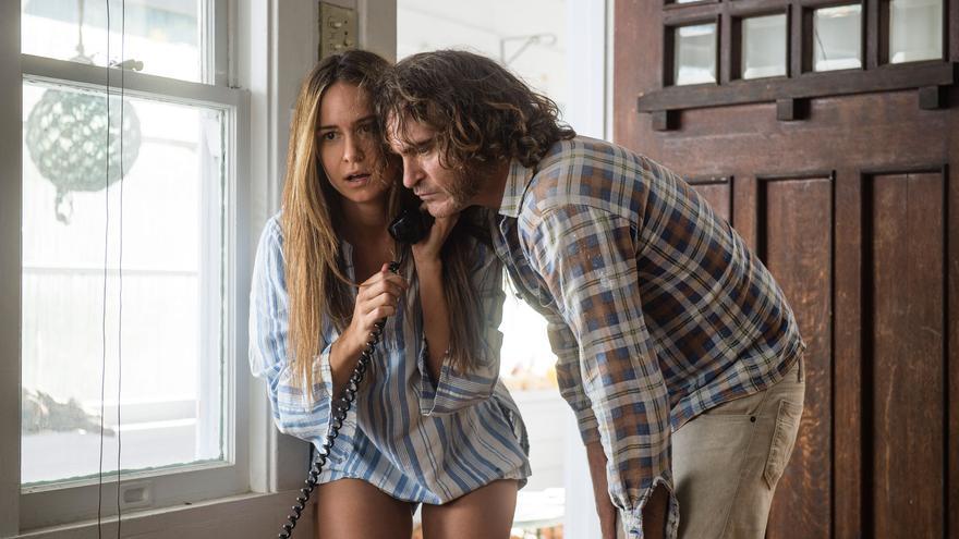 Katherine Waterston y Joaquin Phoenix buscando un dealer desesperadamente