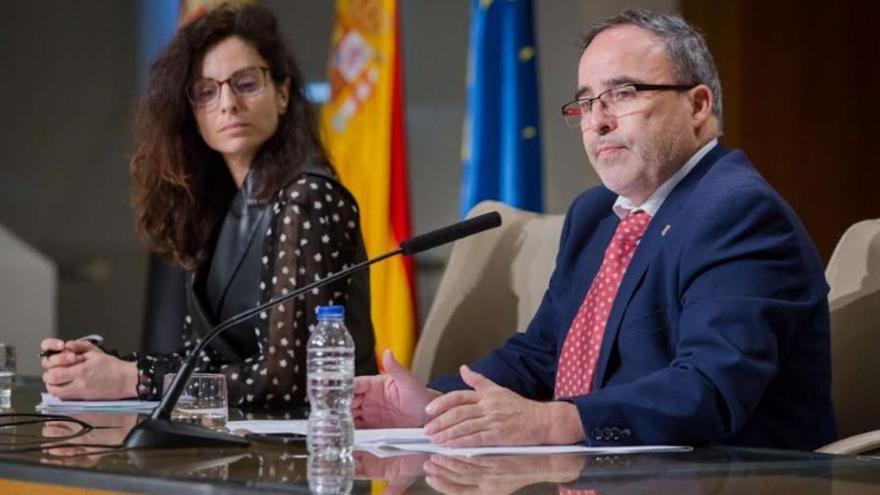 La consejera de Cultura, Turismo y Deportes, Nuria Flores Redondo; y el director general de Turismo, Francisco Martín; en la presentación del expositor de Extremadura en la feria, que se celebra del 22 al 26 de enero en Madrid