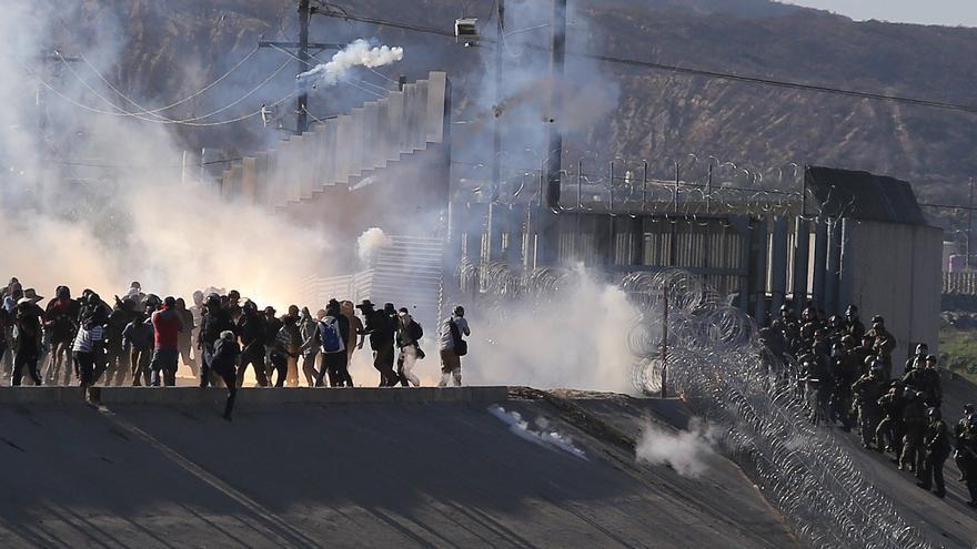 Vista de gases lacrimógenos que la policía fronteriza utiliza para evitar que grupos de personas crucen la garita El Chaparral, de la ciudad de Tijuana, en el estado de Baja California (México). Un grupo de migrantes de la caravana de centroamericanos que avanzó hoy hacia la garita de San Ysidro (EE.UU.) se desvió de la ruta prevista para intentar cruzar el muro fronterizo por otros puntos, en tanto la policía fronteriza estadounidense les lanzó gas lacrimógeno.