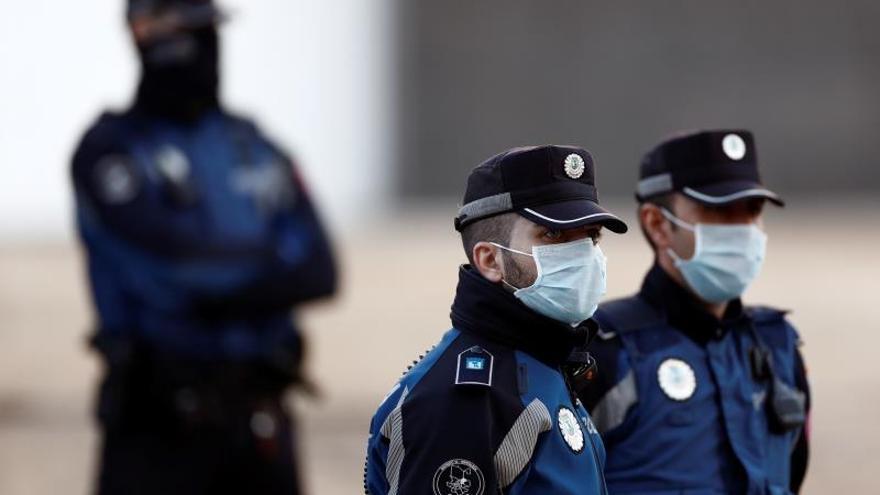 Policías municipales en la entrada del Palacio de Hielo.