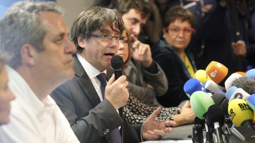 Carles Puigdemont, escoltado por varios exconsellers, durante su rueda de prensa de Bruselas
