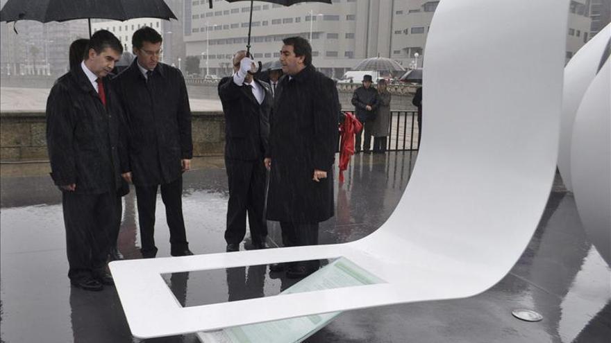 Un monumento honra la memoria de los tres policías fallecidos en A Coruña