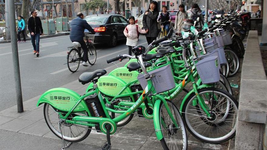 """Las ciudades chinas reaccionan ante la """"epidemia"""" de bicicletas de alquiler"""