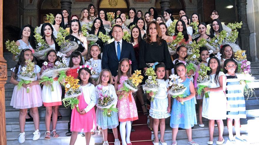 Foto de familia con las candidatas este viernes, en las casas consistoriales de Santa Cruz