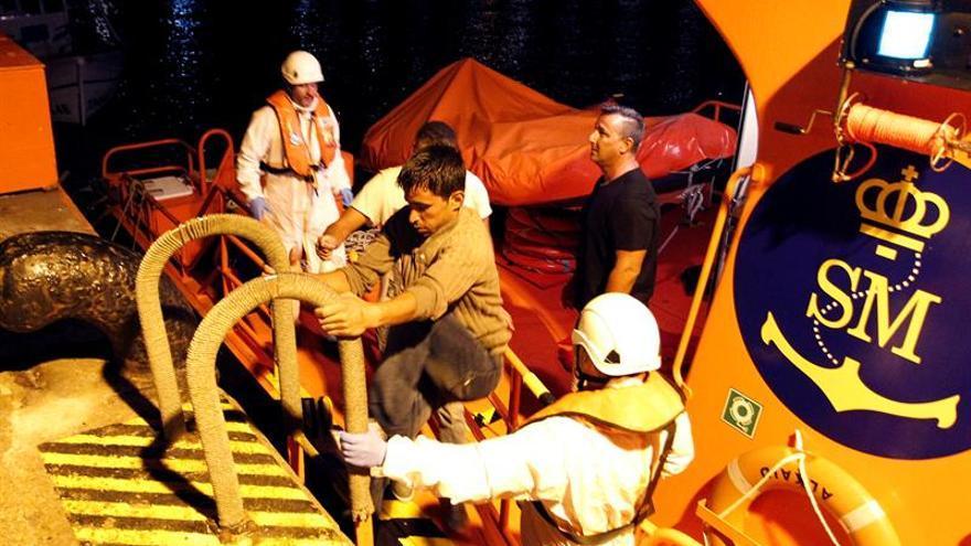 Buscan una patera con 11 inmigrantes a la deriva en aguas del Estrecho