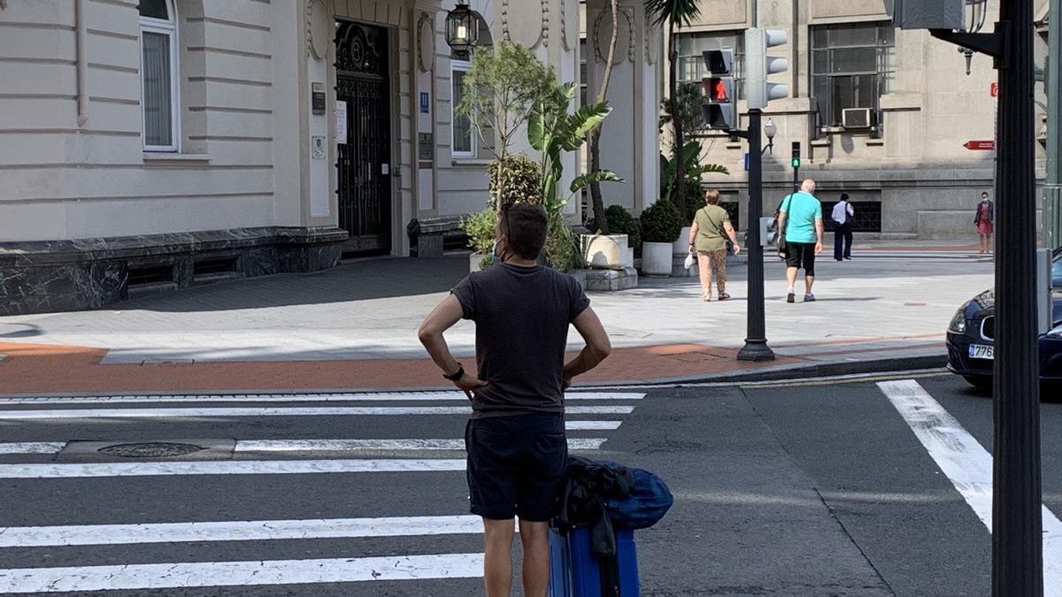 Un turista frente al Hotel Carlton en Bilbao