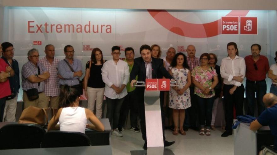 Enrique Pérez (a la derecha), en su presentación como precandidato a la secretaría general del PSOE de Extremadura / Twitter @MarCostaDB