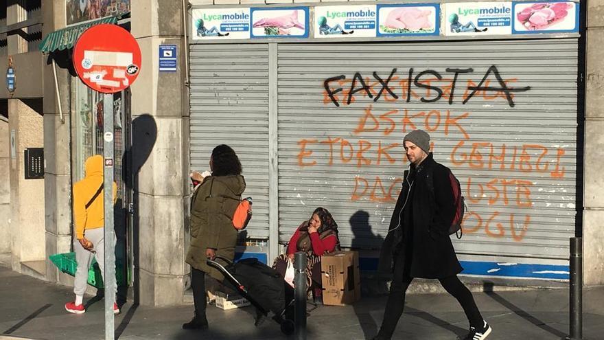 Pintadas racistas en un comercio regentado por extranjeros en el barrio bilbaíno de San Francisco