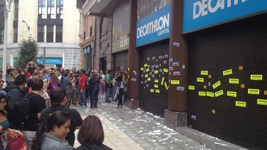 La tienda de Decathlon en el centro de Bilbao, con las persianas echadas.