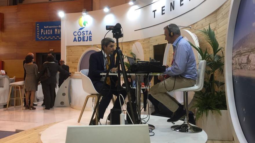 Alberto Bernabé, consejero de Turismo en el Cabildo de Tenerife, haciendo uso del estand de Adeje-Arona en Fitur 2017