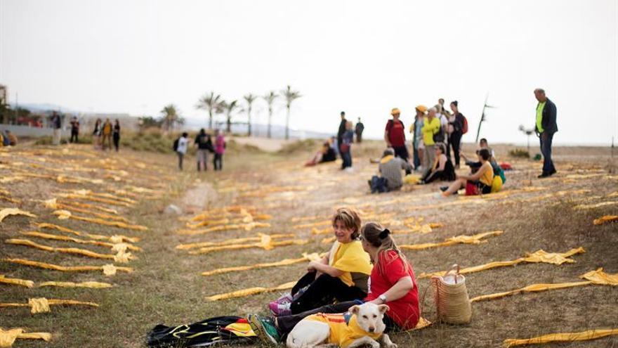 Convocantes sustituyen las cruces por bufandas amarillas en la playa de Mataró