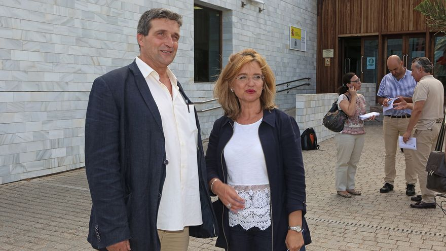 El concejal de Urbanismo, Javier Doreste, y la concejala de Presidencia, Cultura y Seguridad, Encarna Galván, durante una comparecencia ante los medios en la propia entrada de la Biblioteca del Estado. (ALEJANDRO RAMOS)