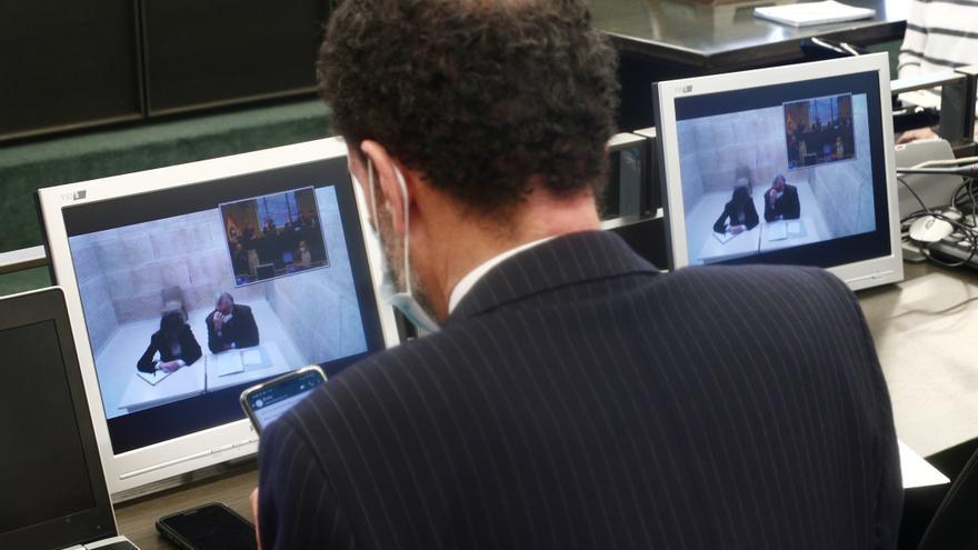 El portavoz parlamentario de Cs, Edmundo Bal (i), y el extesorero del PP, Luis Bárcenas (en la pantalla)