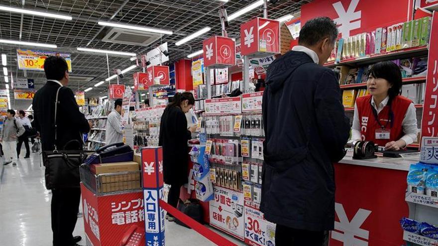 Los precios en Japón cayeron nuevamente un 0,3 por ciento en abril