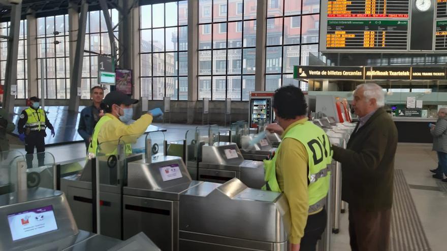 Reparto de mascarillas en la estación de tren Abando