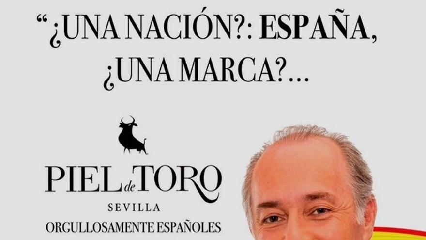 """Campaña publicitaria de la marca Piel de Toro con José Manuel Soto sobre una bandera que decía """"orgullosamente españoles"""""""