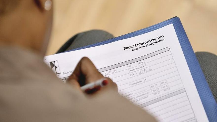 El Departamento de Trabajo informó que el promedio de solicitudes del seguro de desempleo en la últimas cuatro semanas llegó a una cifra récord de 1 millón, y en la semana que terminó el 13 de marzo la cifra de personas que recibían las prestaciones por desempleo alcanzó a 1,8 millones.