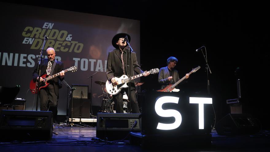 Siniestro Total tocando En Crudo y En Directo desde Santiago de Compostela