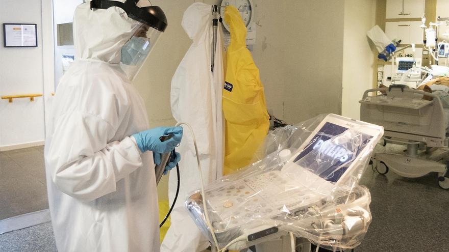 Personal en la UCI del Hospital de Guadalajara durante la atención a COVID-19 FOTO: SESCAM
