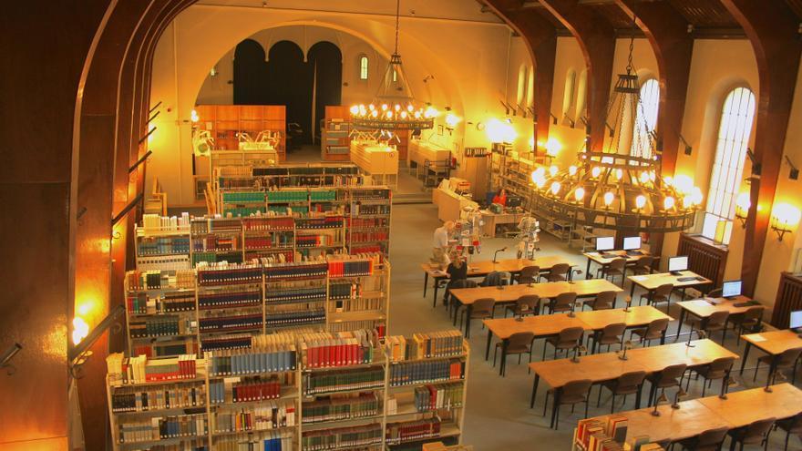 Biblioteca del archivo estatal alemán en la iglesia del antiguo cuartel de las tropas estadounidenses en Lichterfelde, Berlín