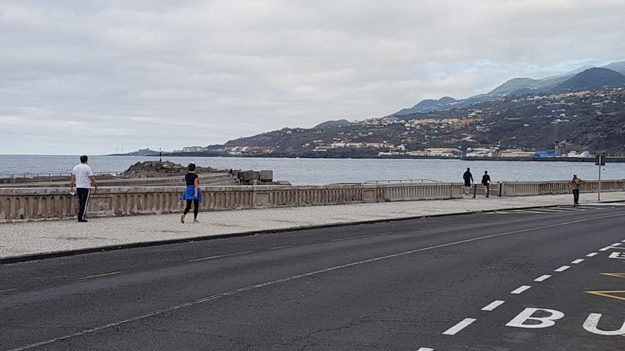 Varias personas paseando y, una, en patinete, este sábado, por la Avenida Marítima de Santa Cruz de La Palma.