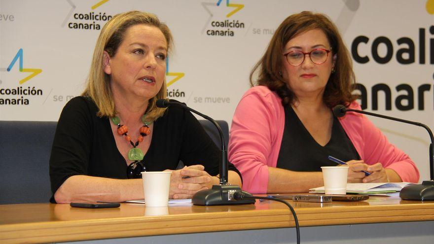 Ana Oramas (izquierda), en una rueda de prensa