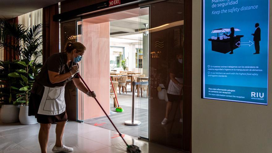 Una empleada de limpieza en un hotel de Palma que se prepara para la llegada de los primeros turistas este lunes.