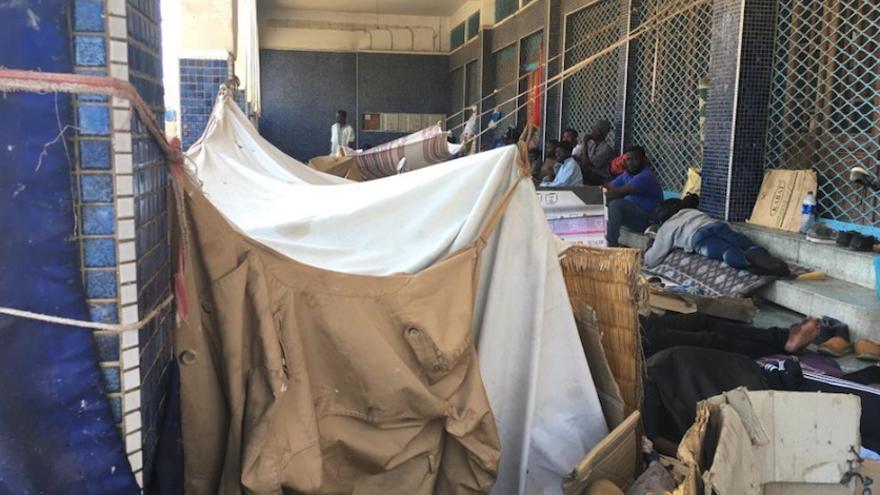Algunas de las personas se amontonan en precarias condiciones en los soportales de una plaza en Tiznit.