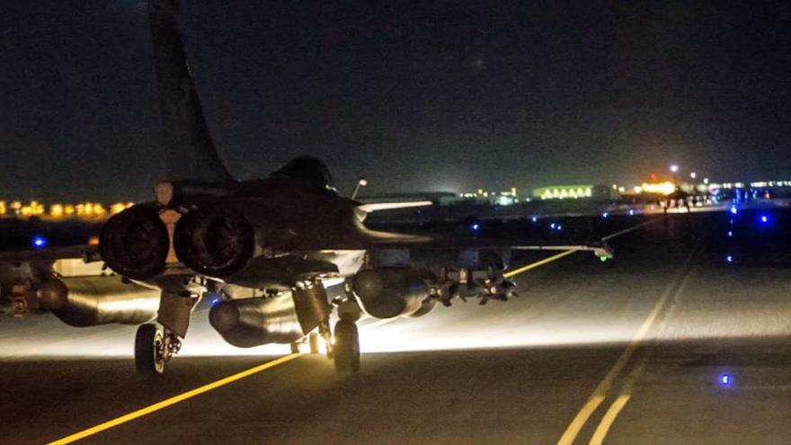 Fotografía difundida por el Ministerio de Defensa de uno de los aviones que participó en el ataque sobre Raqqa.