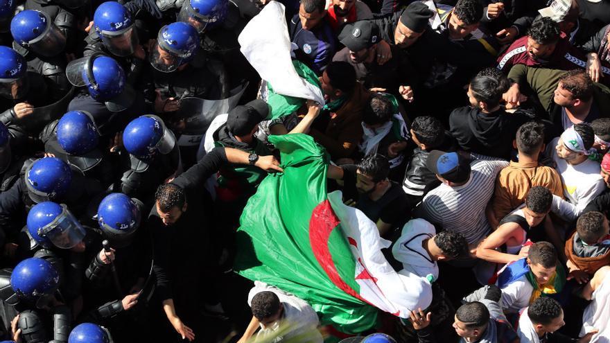 Miles de argelinos se manifiestan contra el presidente argelino, Abdelaziz Bouteflika.