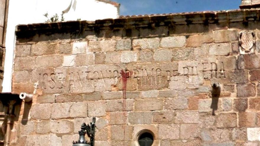 La Concatedral de Santa María de Mérida, que conserva en su fachada de granito un homenaje a José Antonio Primo de Rivera / Googlemaps