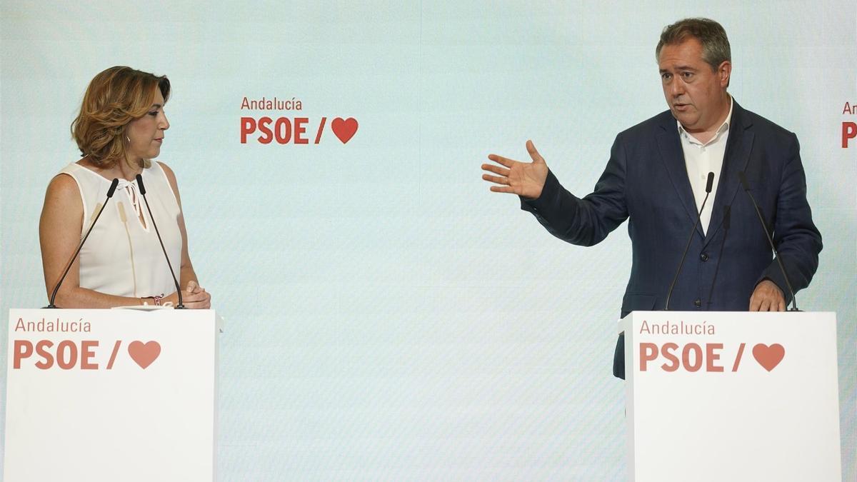 Susana Díaz y Juan Espadas explican el proceso de transición en la sede del PSOE andaluz.