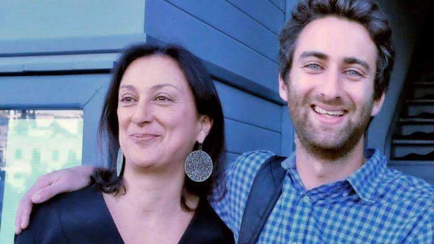 Matthew Caruana Galizia junto a su madre, la periodista Daphne Caruana Galizia.